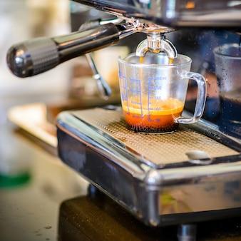 ビンテージ背景のエスプレッソコーヒーマシン