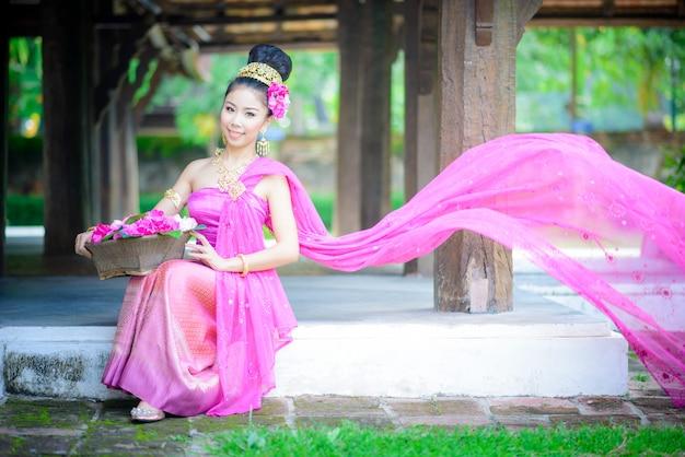 古い寺院、チェンマイ、タイの伝統的な北部スタイルのドレスを持つタイの少女