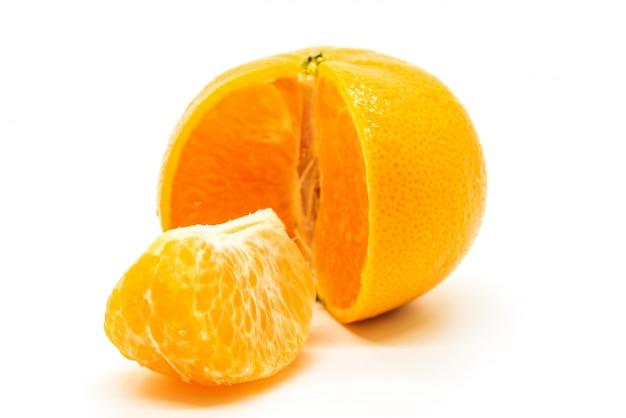 オレンジ色の果物と白い背景で隔離の皮をむいた作品