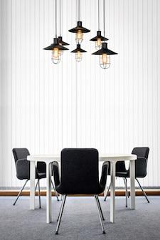 黒い椅子とモダンなオフィスルームのインテリアの天井ランプとテーブル