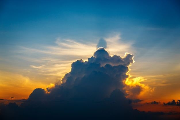 雲の切れ間から太陽光線と劇的な夕日