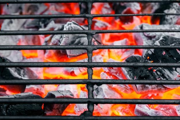 空の汚れた炭のグリルを閉じる