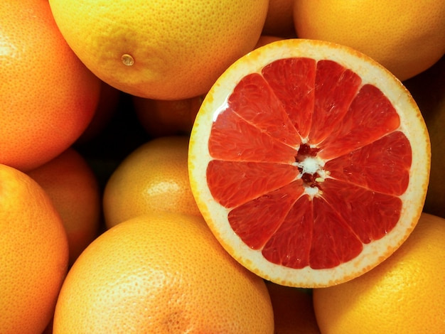 ブラッドオレンジやグレープフルーツを市場での販売のために閉じる