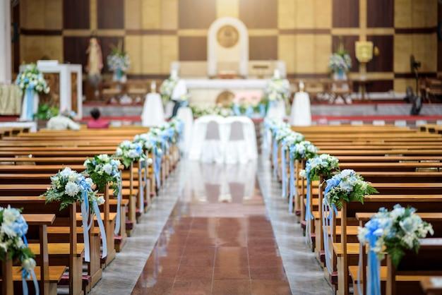結婚式の花の装飾が施されたクリスチャン教会のインテリア