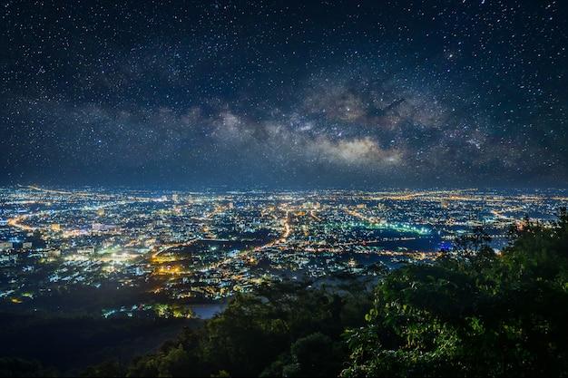 Город ночной пейзаж с точки зрения на вершине горы, чиангмай, таиланд