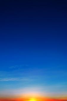 劇的な夕日と日の出の空と雲