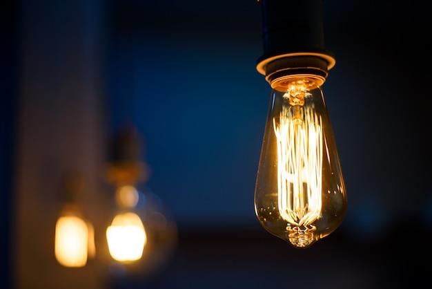 アンティークスタイルの電球、暗い背景