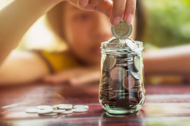 金融ビジネスコンセプトのためのお金とアカウントの銀行業務を節約する