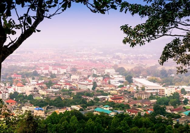霧の中で山の街並み