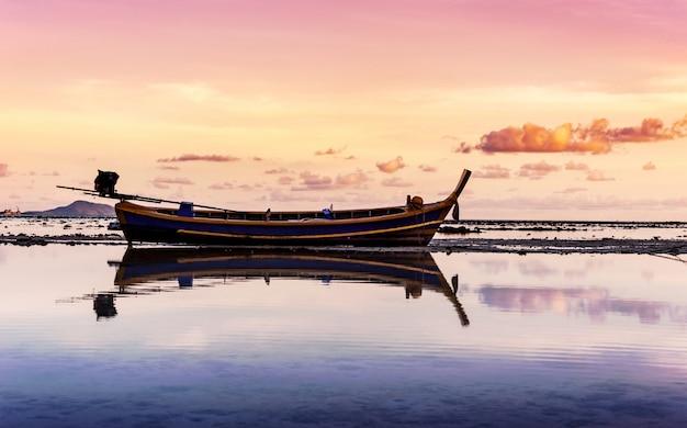 ボートとカラフルな夕焼けの海の風景