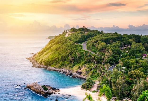 朝の光の中で太陽の上の青い海と砂浜の自然