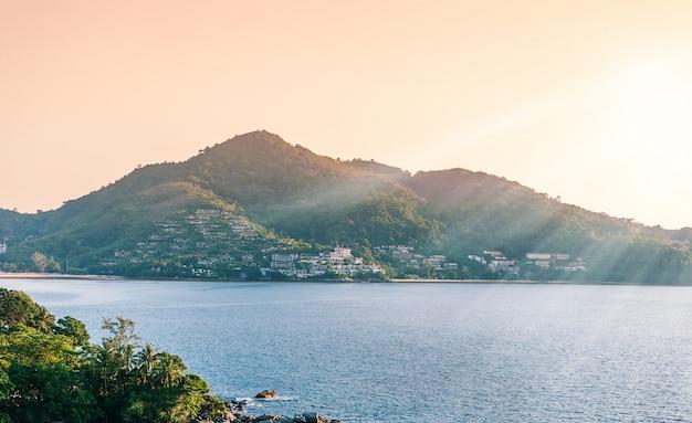 青い海と夕方の光で空の夕焼けのリゾート