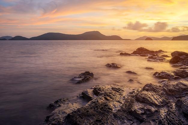 夕暮れの海の景色とビーチの砂の風景自然