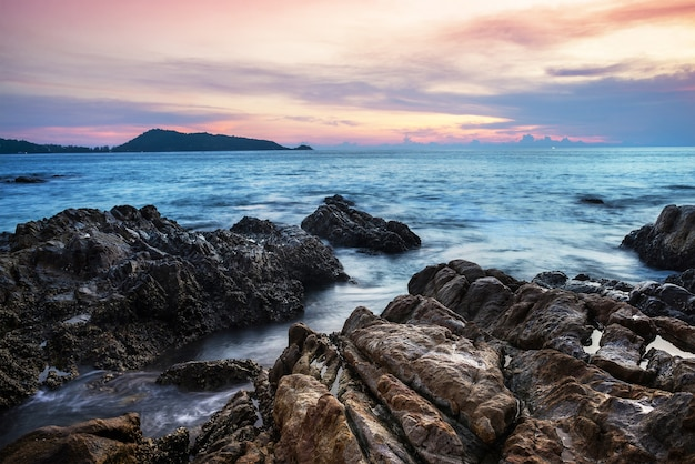 海の夕日や夕暮れの空と雲の色鮮やかな日の出