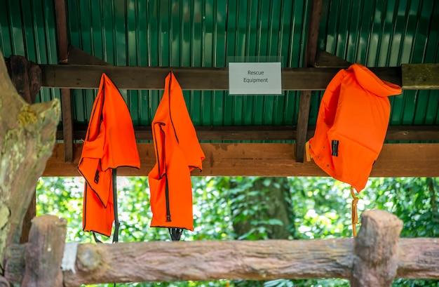 事故を溺れたときに救命胴衣は観光客やスタッフのためにハング