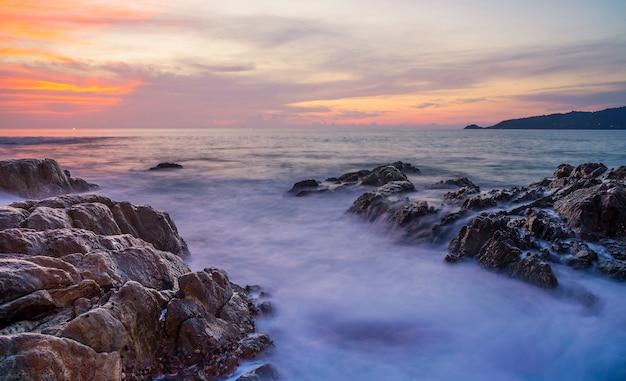 海の夕日やカラフルな雲空の日の出