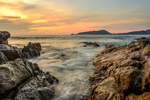 海の夕日や雲の空と日光のカラフルな日の出