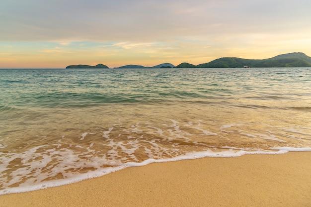 ビーチの夕日や雲の空と日光のカラフルな日の出