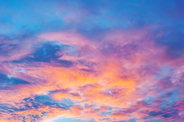 雲と夕日や日の出の色と抽象的な空