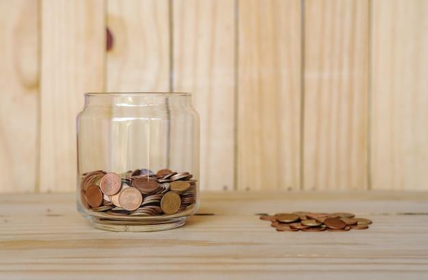 Экономьте деньги и банковские счета для финансовой концепции бизнеса