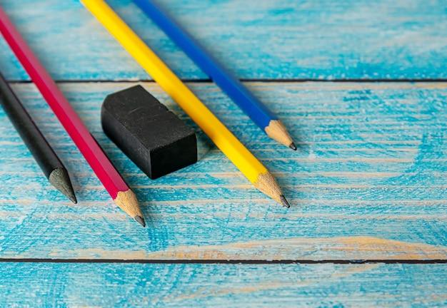 Все карандаш красочная точилка на размытой синей деревянной