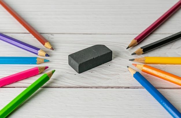 Все карандаш красочная точилка и ластик на размытом деревянном столе