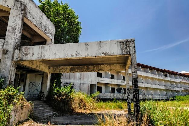 放棄され、老朽化した建物