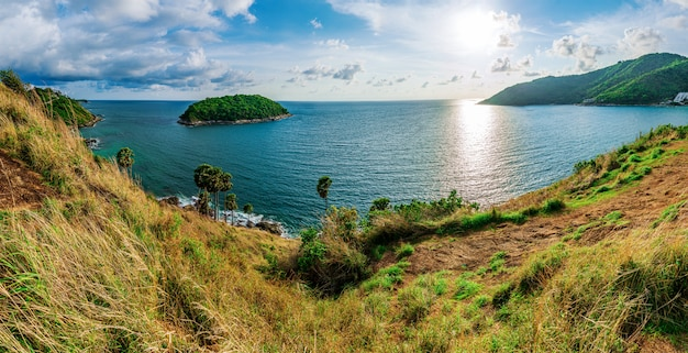 日光の空のカラフルな島のパノラマと海の夕日