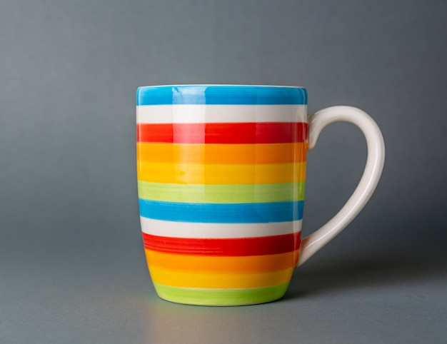 飲むカップ多色、灰色の背景