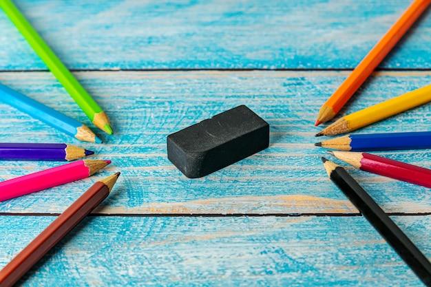 ぼやけた木製テーブルの上のすべての鉛筆カラフルな削り