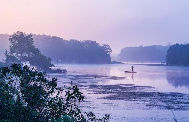 風景の自然と川の眺めと日光の色