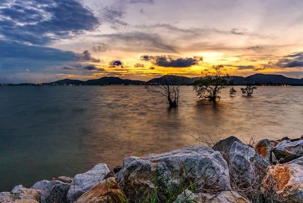 空の夕日や日の出と夕暮れの雲と海の自然