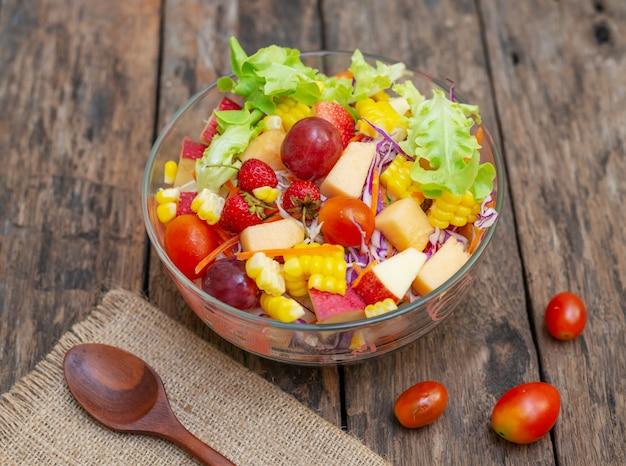 フルーツサラダと木の皿皿に野菜