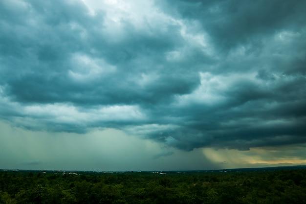 雷嵐の空雨の雲