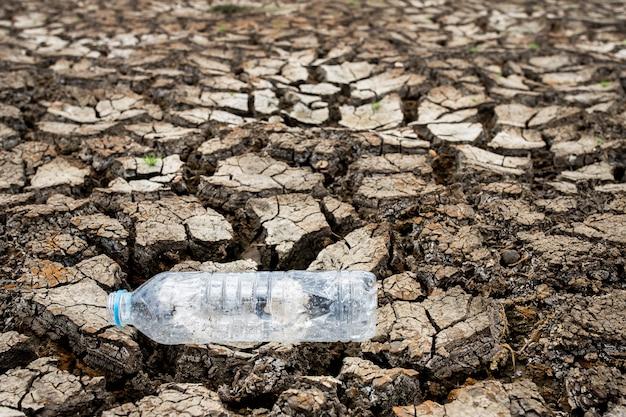 水分のない割れた乾燥した土地