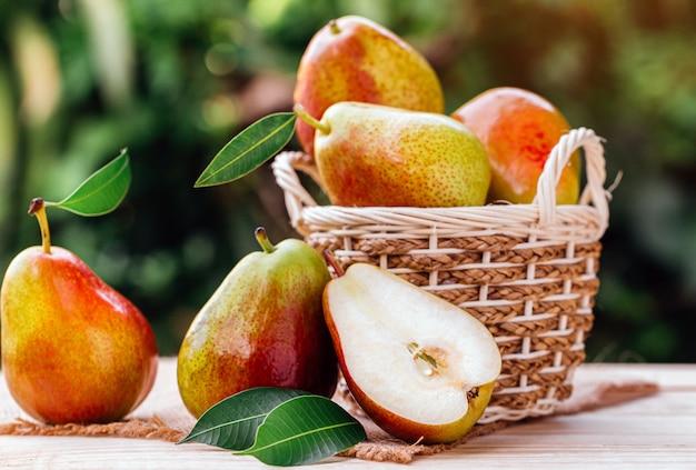 かごの中の甘い梨