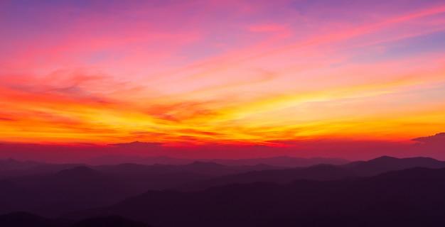 夕焼け雲とカラフルな劇的な空
