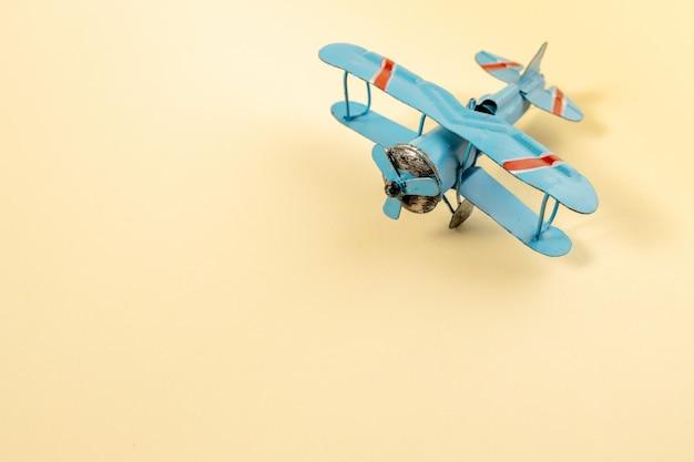 モデル飛行機、パステルカラーの背景上の飛行機
