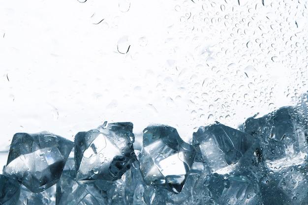 Кубики льда на белом фоне