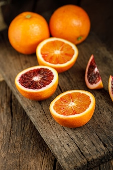Ломтики сицилийской крови апельсины фрукты над старой темной деревянной. вид сверху.