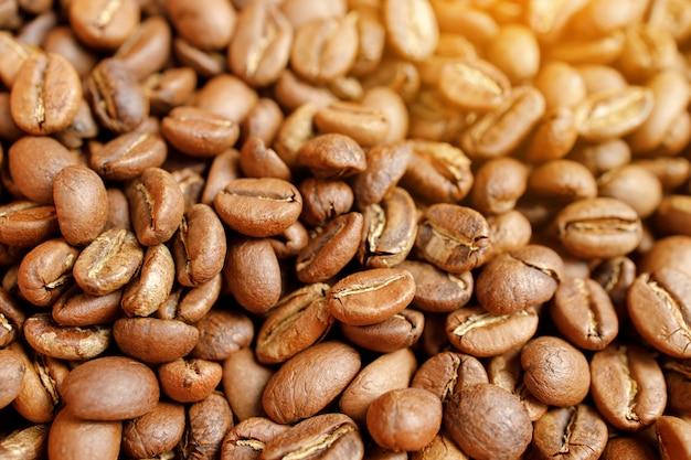 Жареные кофейные зерна в миске на деревянном