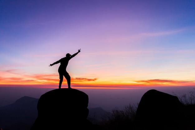 Путешествия силуэт на вершине горы, концепция успеха