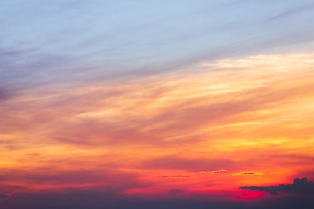 夕暮れ時の雲とカラフルな劇的な空