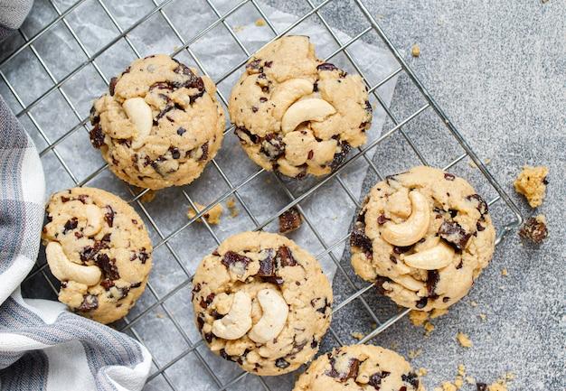 チョコレートチップと羊皮紙の紙にドライベリーのクッキー
