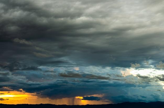 天気の嵐の空雨の雲