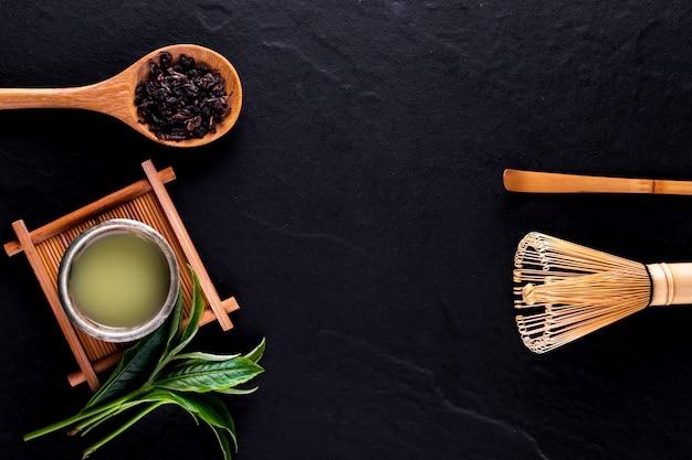 木の表面にボウルに緑茶抹茶のトップビュー