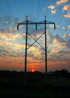 日没時の送電線