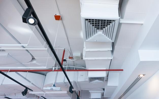 市内の建物の天井空調システム