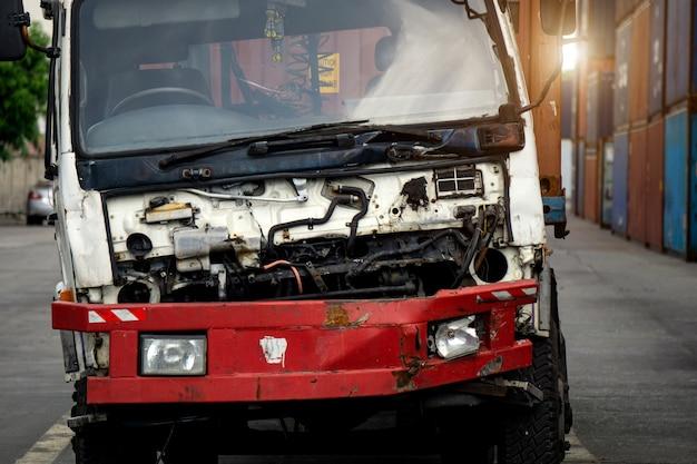 道路上の破損したトラック