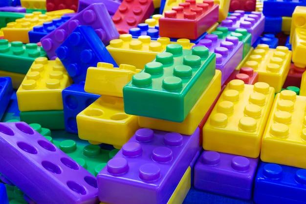 子供の教育概念のための大きな山のプラスチック製のおもちゃブロック